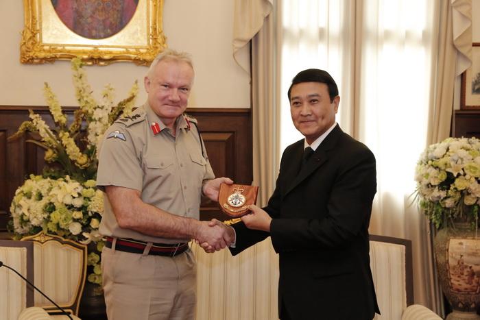 พลเอก อุดมเดช สีตะบุตร รัฐมนตรีช่วยว่าการกระทรวงกลาโหม ให้การต้อนรับการเข้าเยี่ยมคำนับของ พลเอก Sir Gordon Messenger (เซอร์ กอร์ดอน เมสเซนเจอร์)